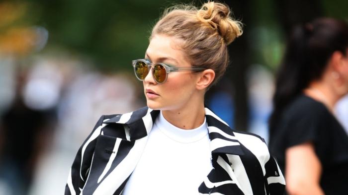 cheveux chataîn aux mèches caramel, lunettes de soleil rondes, joli chignon coiffé décoiffé