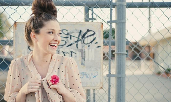 chignon coiffé décoiffé, shirt couleur nude pointillée, haut chignon, cheveux chatains