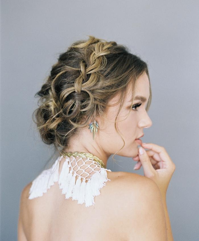 exemple de couronne de tresse sur une coiffure cheveux ramassés style décoiffé avec des mèches libres