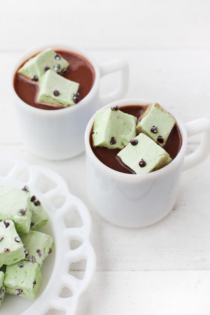 recette de chocolat chaud garnie de guimauve aux pépites de chocolat et parfumé à la menthe, recette originale de marshmallow menthe et chocolat