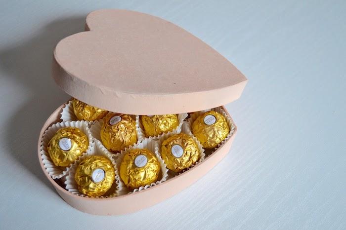 boîte à bombons en forme de coeur rose avec des bonbons ferrero rocher, quoi offrir à sa copine, meilleure amie