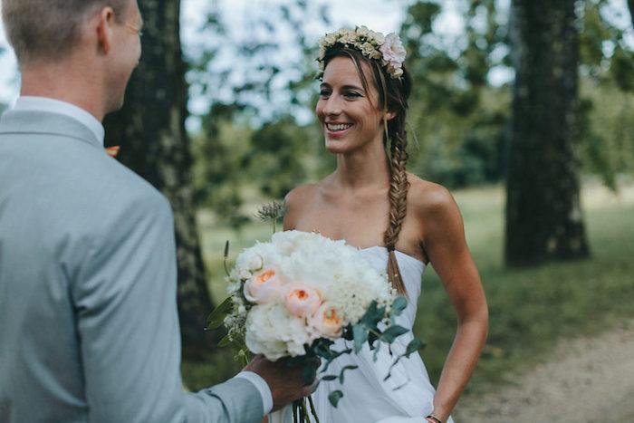 tresse en epi sur le coté avec une couronne de fleurs fraiches, mèches libres, robe de mariée blanche sans manches