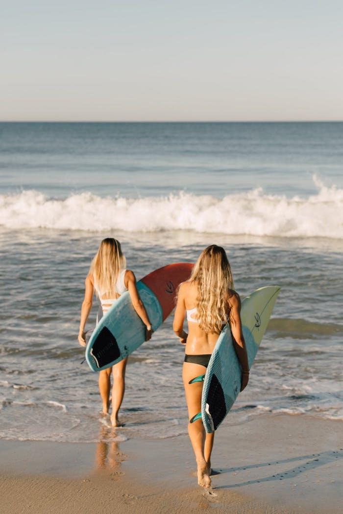 Deux amies au bord de la mer océan surf plage idée d'activité pour l'enterrement de vie de jeune fille original activité sportive