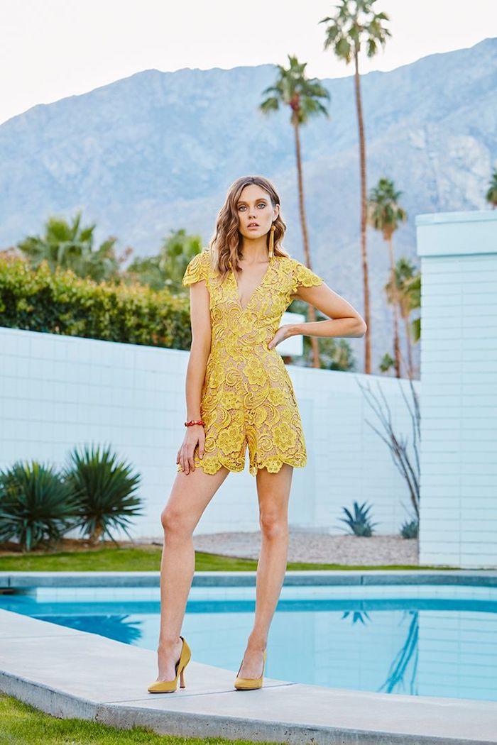 Le combi-short jaune en dentelle, combinaison chic femme, photo à la piscine, tenue décontractée chic en tendance, combishort mariage