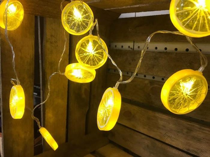 guirlande lumineuse pour chambre avec des éléments en plastique aux motifs rondelles de citrons jaunes, décoration murale lumineuse