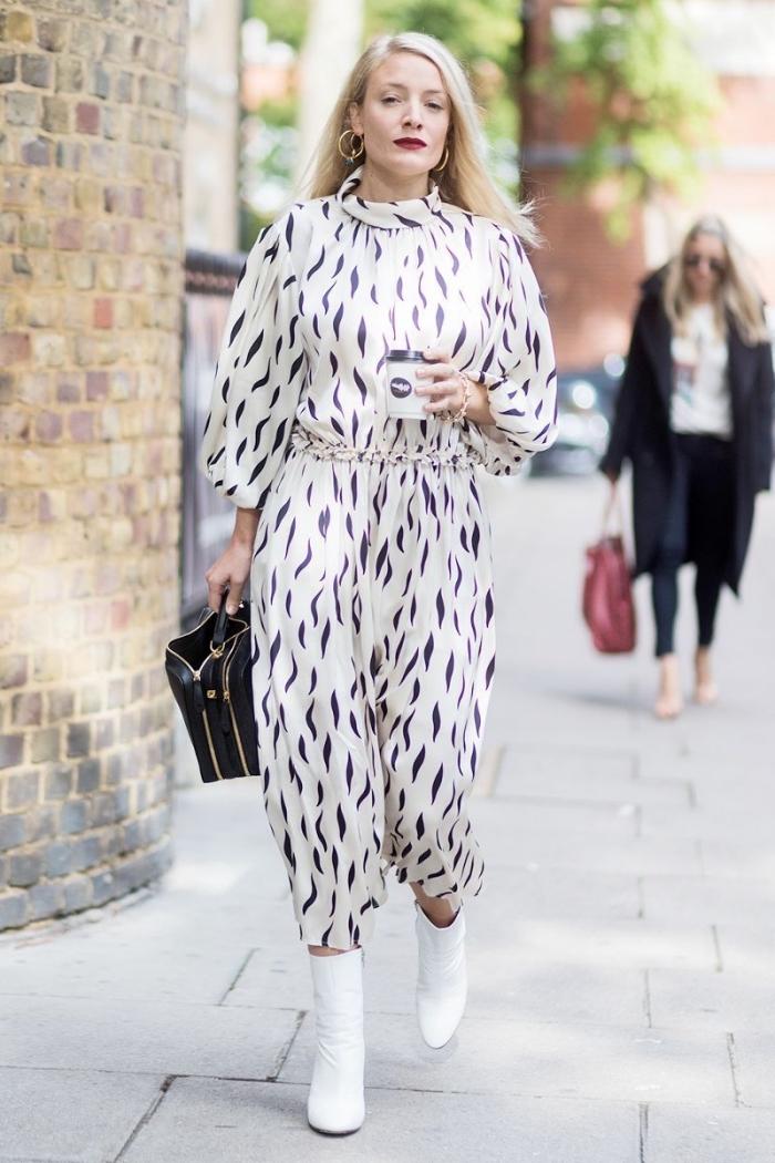 modèle de combinaison femme chic mi longue de couleur blanche aux manches longues avec ceinture et déco en bleu marine
