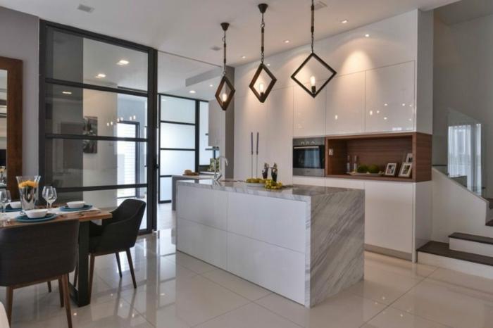 ilot de cuisine joli avec comptoir marbré, trois lampes suspendues design, cloison verriere traverses horizontales