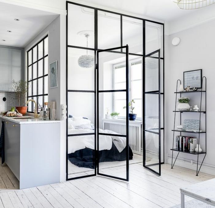 sol en planches de bois blanc, cloison verriere, métal et bois, étagère noire style industriel, murs blancs
