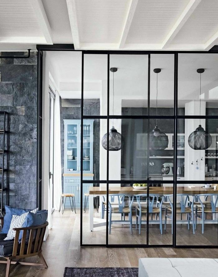 porte verriere coulissante, lampes suspendues noires, plafond suspendu blanc, cuisine en gris et blanc