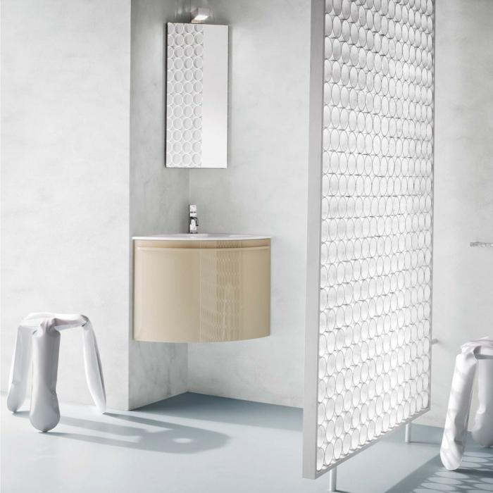 separation verriere en métal blanc avec des formes géométriques, lavabo d'angle en surface beige, miroir d'angle en forme rectangulaire