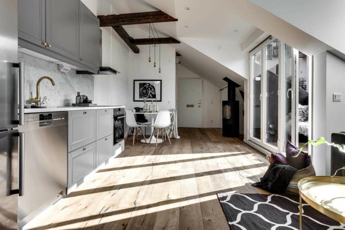 sol en bois, cuisine en gris blanc et bois, tapis géométrique, verriere cuisine blanche, plafond sous pente, cabinets gris