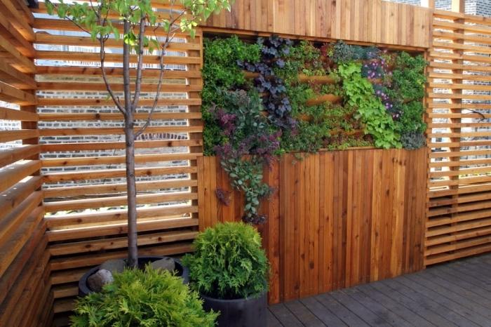 palissade de jardin avec mur végétal intégré façon brise vue vegetal, idée pour rendre un jardin ou un cour d'intérieur plus accueillant