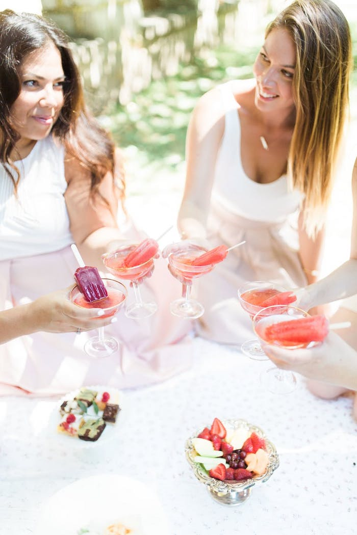 Idée activité evjf enterrement de vie de jeune fille original week end evjf femmes qui boivent des cocktails avec glace dedans
