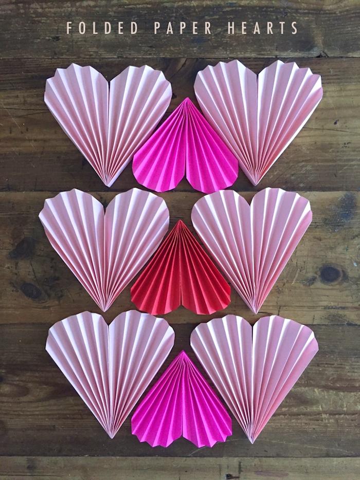 idee d éventail en papier a fabriquer pour saint valentin, papier rose et rouge pliage accordeon et forme de coeur