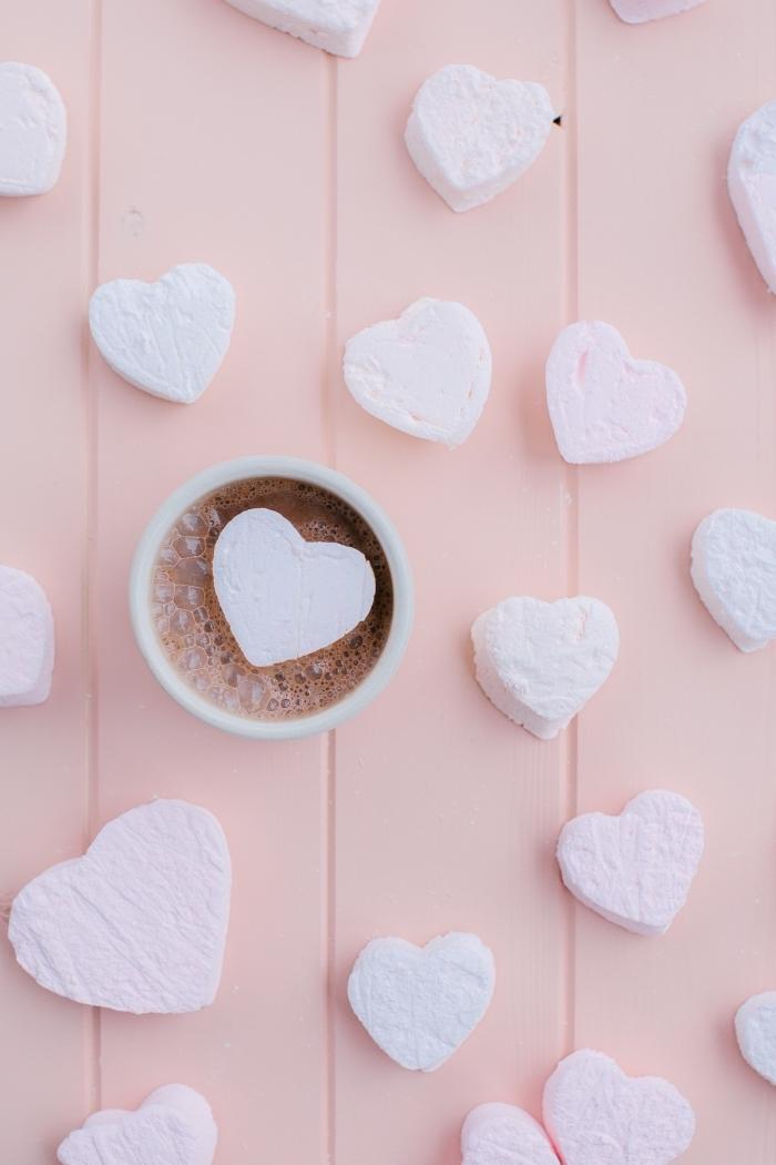 comment préparer de la guimauve maison, recette saint valentin pour réaliser de petits coeurs à la guimauve rose