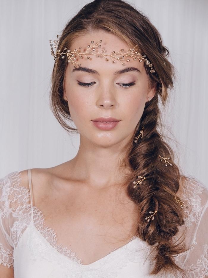 quelle coiffure mariee choisir, une idée de tresse épi latérale de côté avec une couronne branche dorée et accessoires dorés cheveux