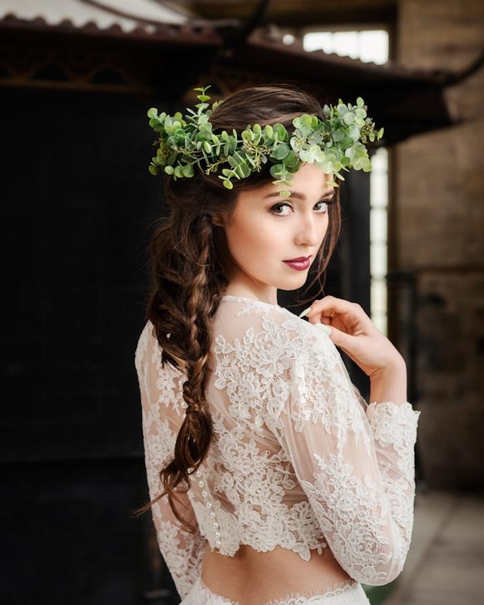 coiffure mariage tresse sophistiquée avec une couronne de branche verte, style champetre chic et robe en dentelle