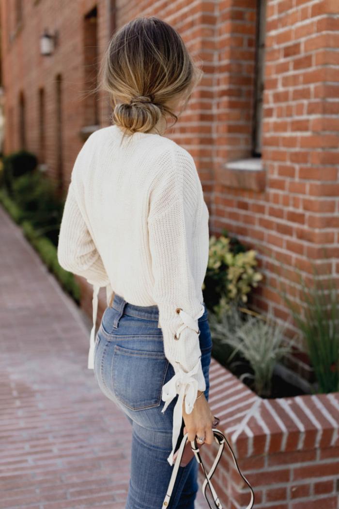 comment coiffer les cheveux longs, jeans denim, chemise blanche, chignon bas
