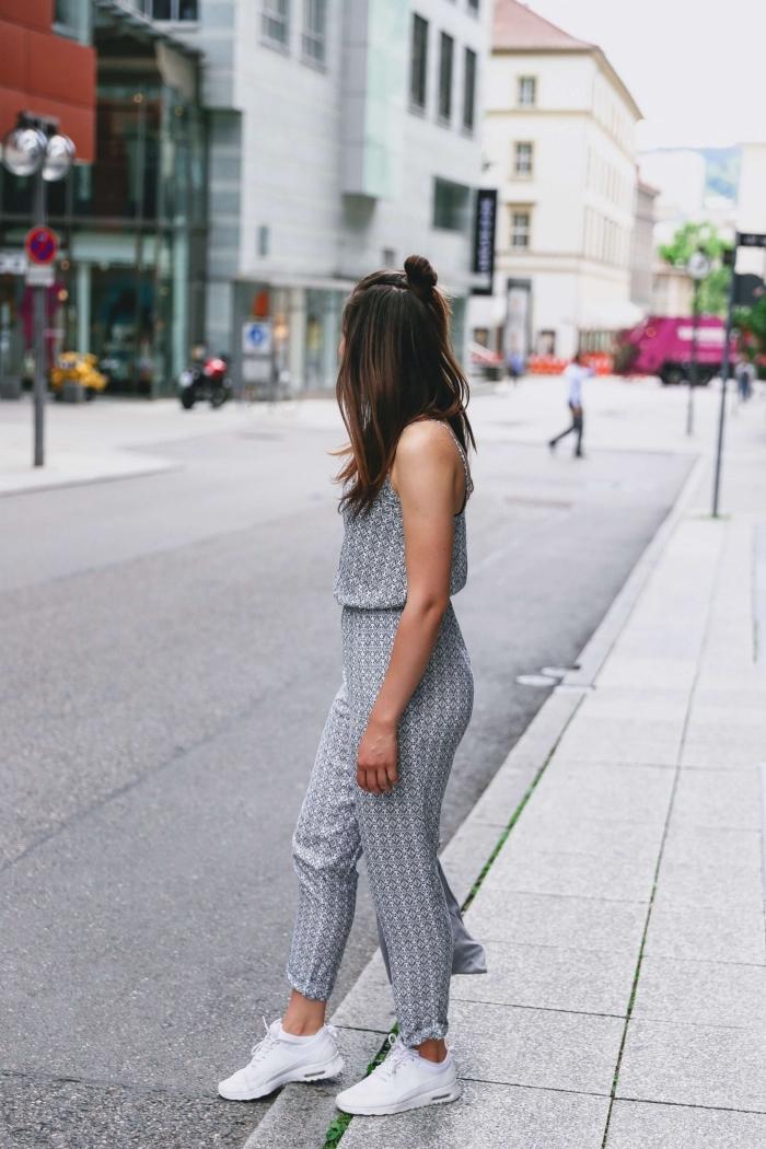 comment bien s'habiller en style casual chic avec une combinaison femme de couleur gris clair et baskets blancs