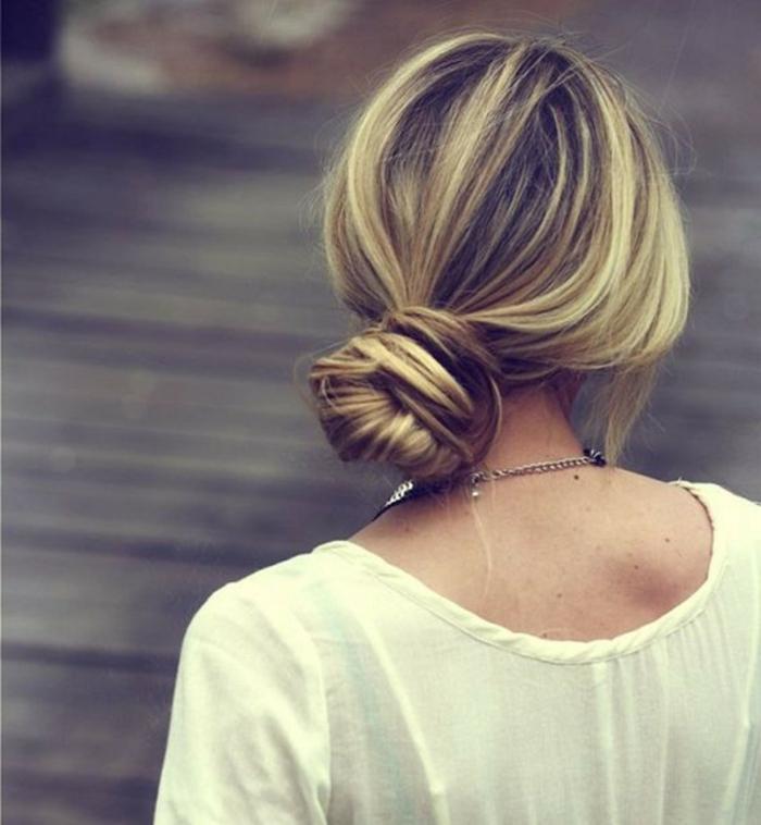 coiffure style coiffé décoiffé, mèches blondes sur cheveux châtains, shirt blanc