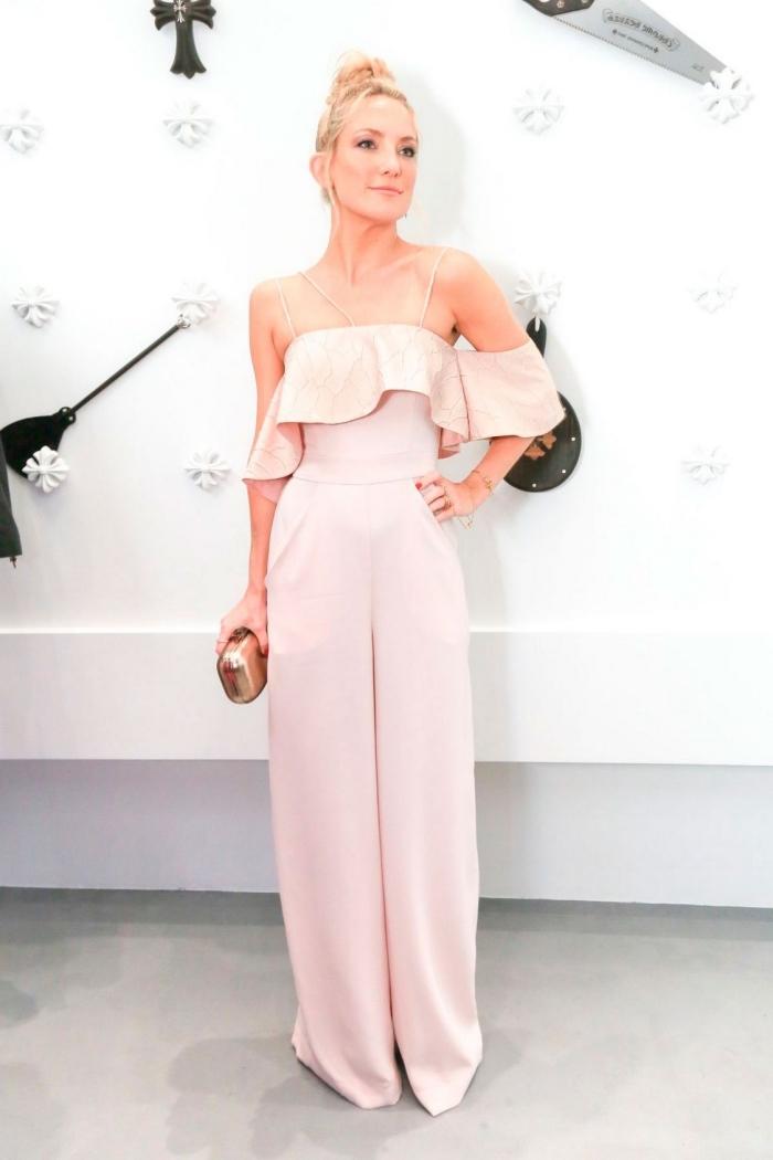 modèle de combinaison habillée femme pour mariage de couleur rose pastel aux épaules dénudées combinée avec sac à main glitter or