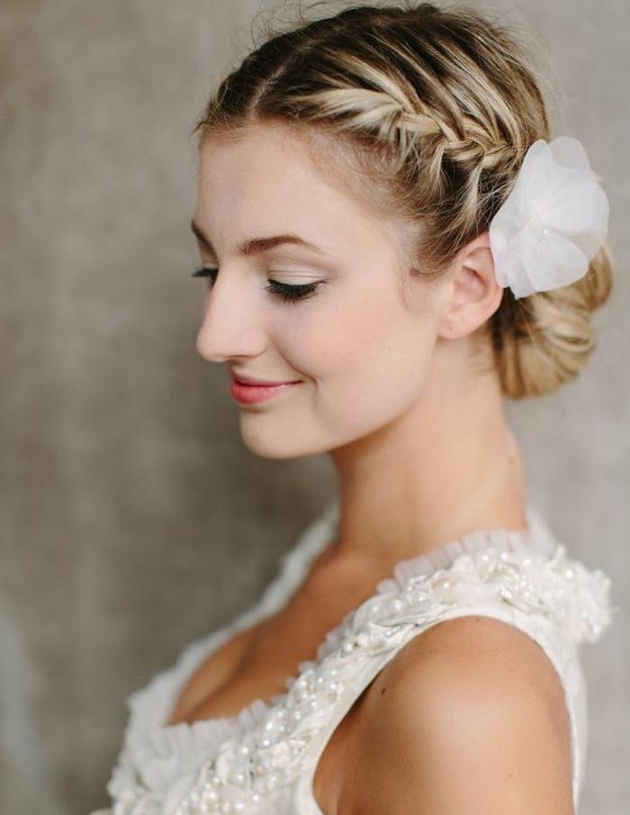 quelle coiffure chignon tresse, tresse de coté qui finit par un chignon simple et accessoire fleur en tissu