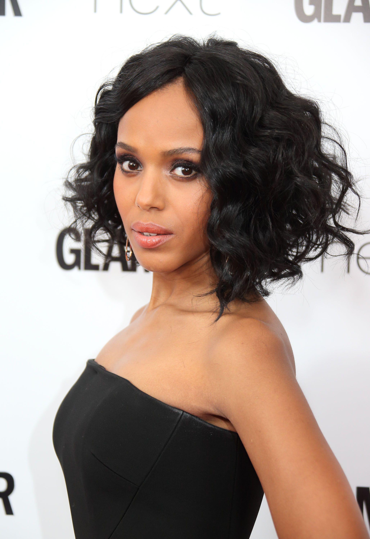 robe noire, coiffure cheveux femme afro avec de boucles sur un carré plongeant long déstructuré