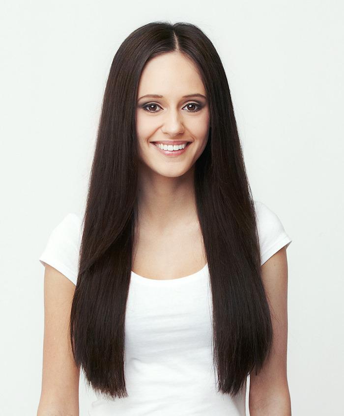 jeune femme avec cheveux longs et raides couleur marron glacé avec raie au milieu