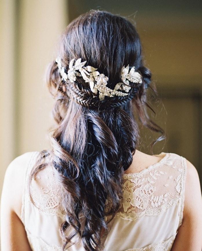 tresse couronne en arrière de la tête avec des cheveux lachés bouclés et accessoire cheveux feuillage or et argent