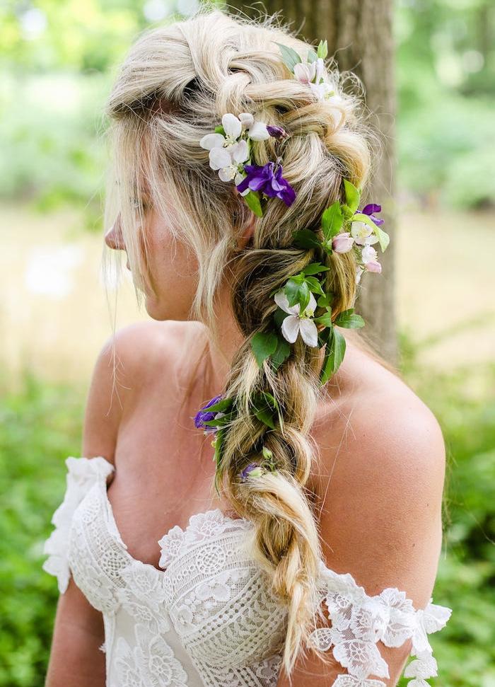 coiffure tresse mariage style nymphe des forêts avec accessoire fleurs fraîches, robe de mariée dentelle