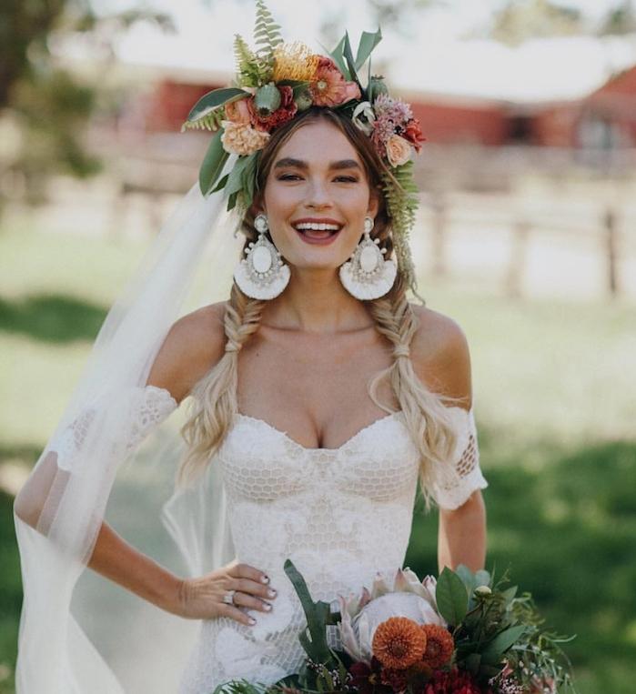 tresse en epi, modèle nattes épi de blé, grande couronne de fleurs colorées et boucles d oreilles geantes, robe de mariée originale
