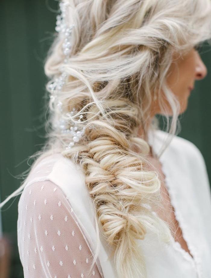 tresse en epi boheme chic accessoirisée de pluie de perles blanches, coiffure style décoiffé avec des mèches rebelles