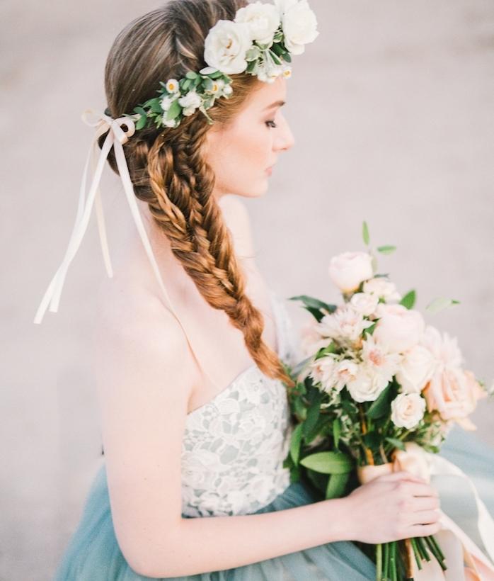 idée de coiffure mariage tresse avec plusieurs tresse africaines réunies dans une seule tresse volumineuse, couronne de fleurs fraiches
