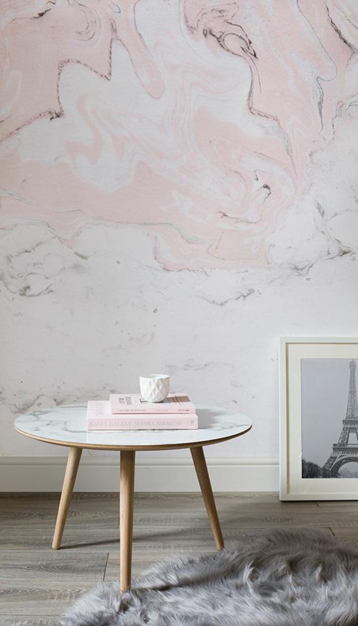deco rose poudré sur les murs aux papiers peints motifs marbrés en rose et blanc, petite table basse ronde avec plan en blanc, parquet aux nuances grises et beies
