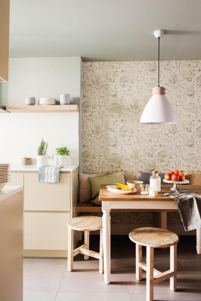 petit coin repas de style scandinave délimité avec du papier peint vintage à motifs subtils
