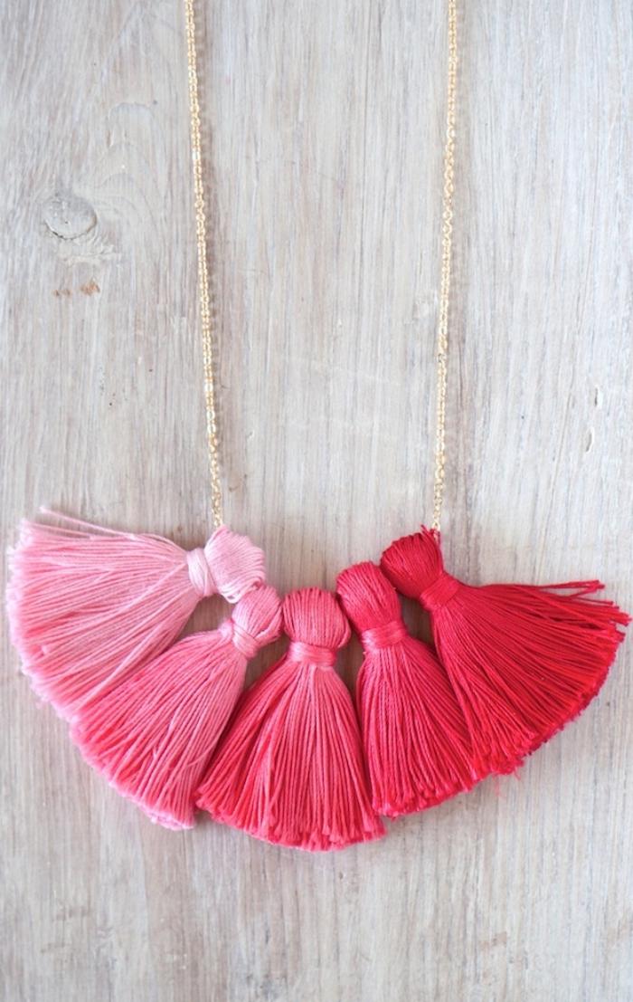 modèle de bijou fait maison facile pour ado, exemple de collier avec tassels DIY de couleurs rouge et rose, activité manuelle ado