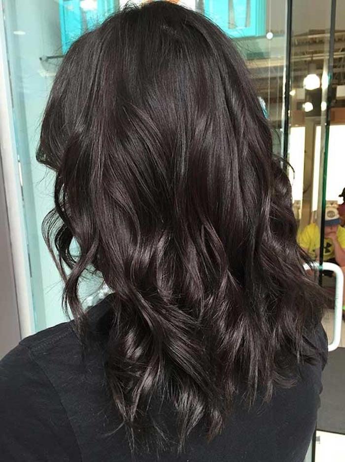 femme brune avec cheveux longs dans le dos avec ondulations couleur brun foncé glacé