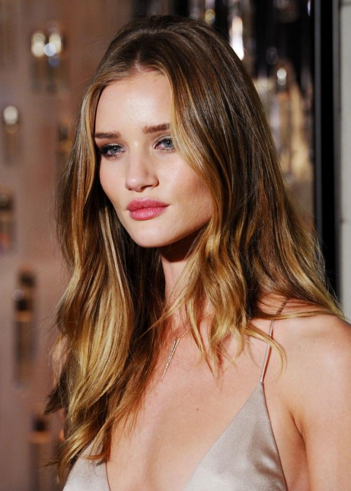 maquillage pour yeux bleus avec rouge à lèvres rose et fards à paupières or et orange, balayage blond miel sur cheveux châtain foncé