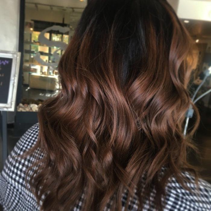 couleur cheveux marron chocolat glacé sur coupe bouclée femme avec chemise à carreaux