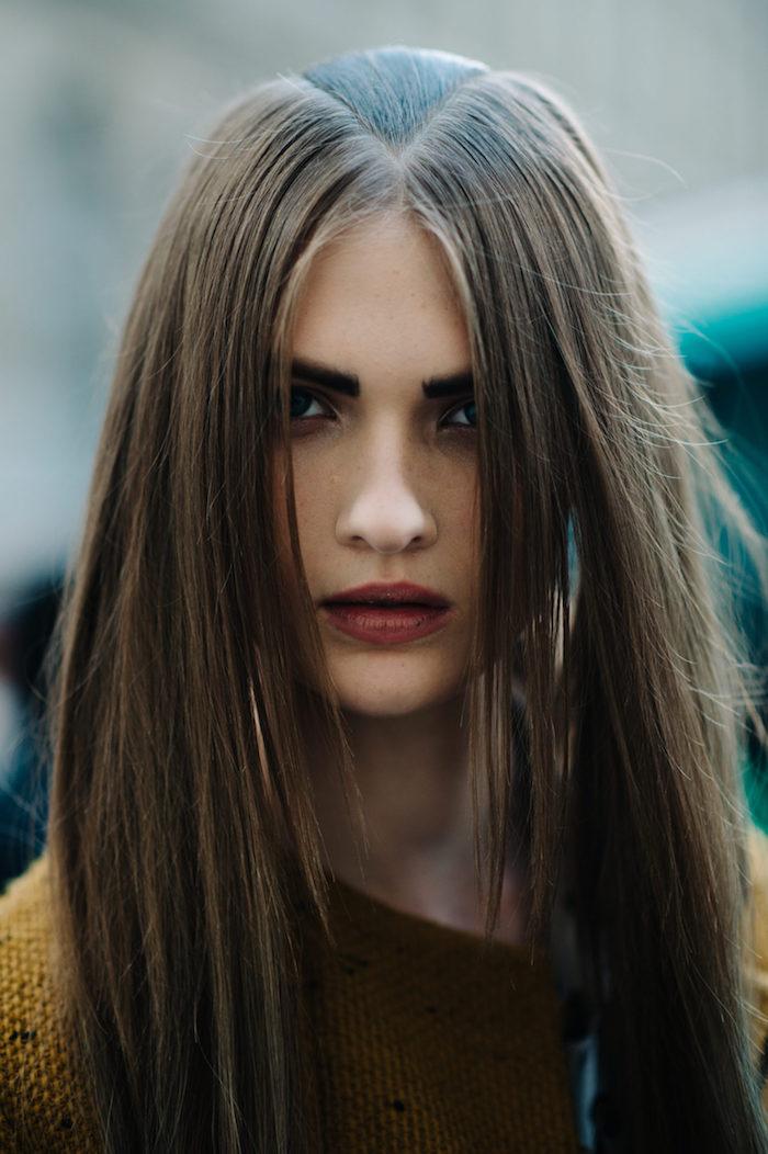 modele coiffure femme simple avec cheveux marron glacé long et double raies