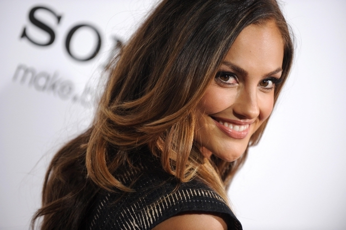 coupe de cheveux en couches, maquillage pour yeux marron avec effet smoky et rouge à lèvre marron, exemple balayage chatain