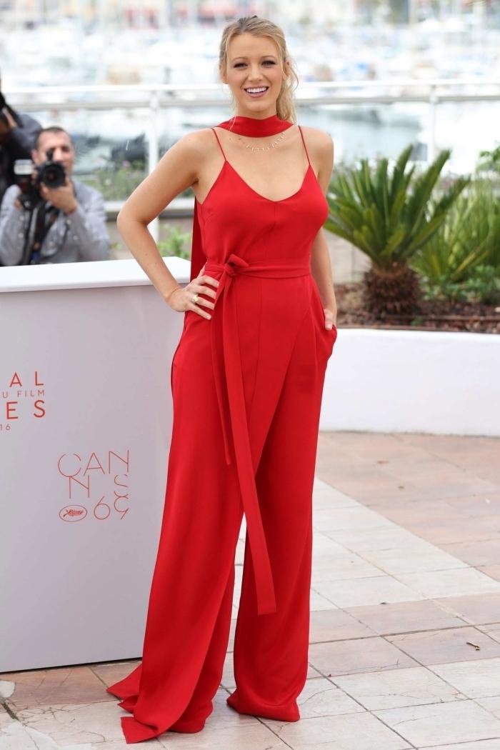 modèle de combinaison rouge à design fluide avec top en décolleté et bretelle, tenue de soirée chie en combipantalon rouge