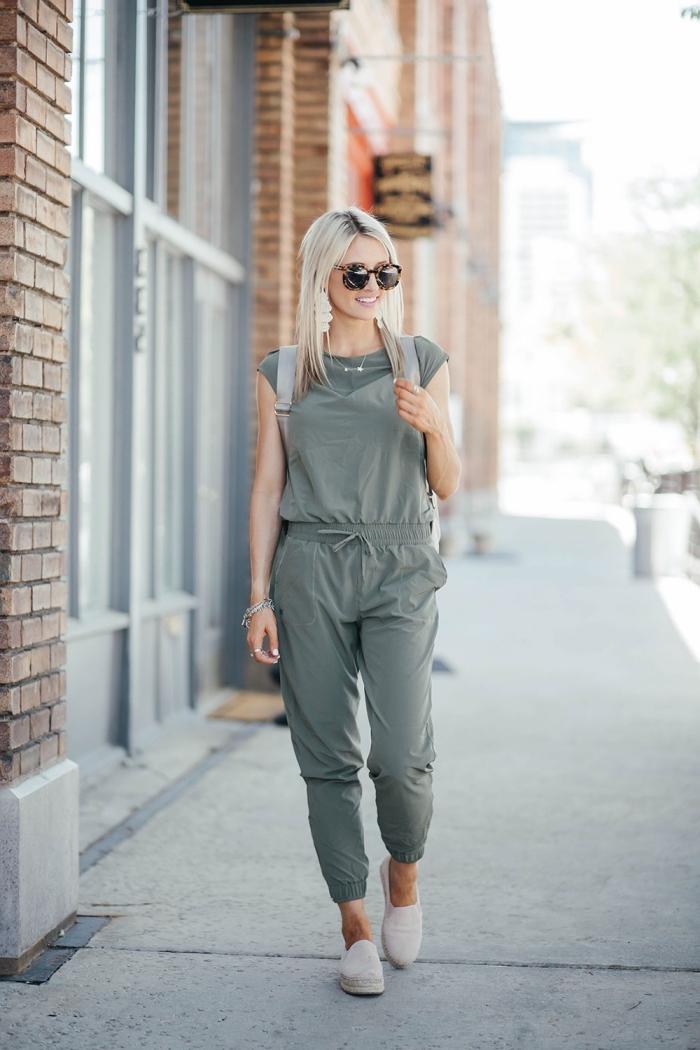 modèle de combipantalon femme de couleur grise avec manches courtes et ceinture à porter avec chaussures plates pour look sportif