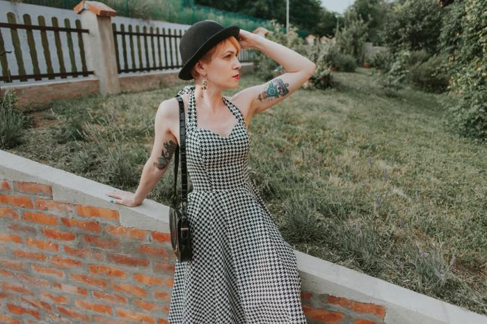vetement annee 50, robe à carreaux, chapeau noir, look femme vintage, s'habiller à la mode vintage