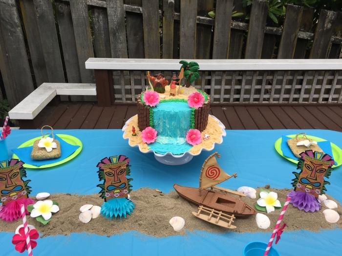deco anniversaire vaiana avec un gâteau à design cascade d'eau et sable en biscuits avec petites fleurs en pâte à sucre