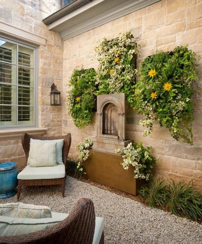 idée déco originale pour aménager un patio de rêve avec un mur vegetal exterieur, trois tableaux végétaux installés à côté de la fontaine murale de jardin