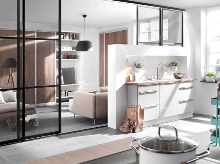 porte coulissante verriere séparant la cuisine du salon, équipement minimaliste, sofas rose pale