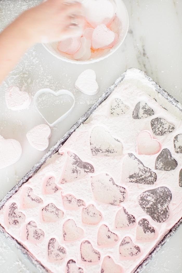 recette facile et rapide pour faire de petits coeurs rose à la guimauve maison, idée de cadeau personnalisé pour la saint-valentin