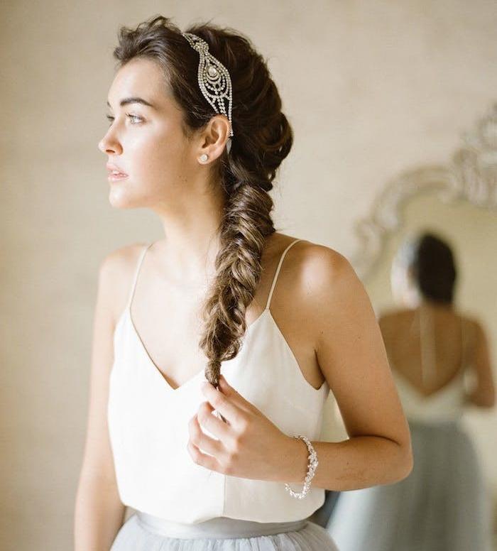 tresse sur le coté femme cheveux chatain avec une diademe en pierres precieuses, volume sur le dessus