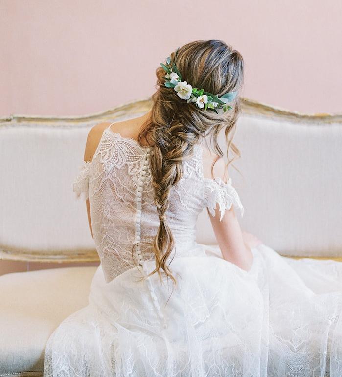 idée de coiffure mariee tresse sur l intégrité des cheveux avec une couronne de fleurs, robe de mariée dentelle